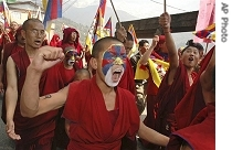 ap_tibetans_exiles_protest_india_16mar08.jpg